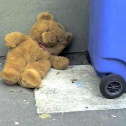 Бездомный с плюшевым медведем