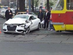 автомобиль ударил трамвай
