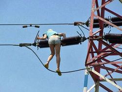 Девушка полезла по проводам