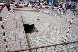 Девушка провалилась под землю