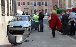 Девушка на Renault разгромила здание МВД