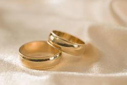 Участники выбрасывают обручальные кольца