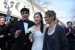 Ксения Собчак во время митинга поздравила новобрачных