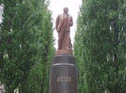Вместо цветов к памятнику Ленину в Киеве возложили дымовую шашку