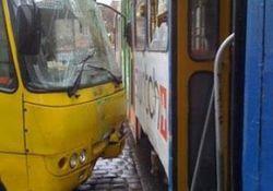 Маршрутка и трамвай столкнулись в Омске