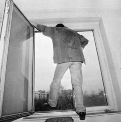 Мужчина выпрыгнул из окна