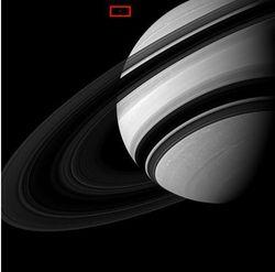 Чем удивило фото NASA Сатурна и его крошечной Луны