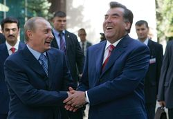 Путин вручил Рахмону снайперскую винтовку