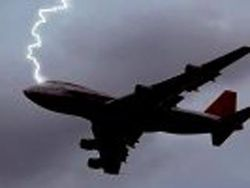в самолет попала молния