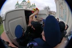 Активисток FEMEN и фотографа из России киевский суд приговорил к штрафу