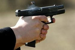 Посетитель прострелил голову 23-летней официантке