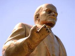 К памятнику Ленину приделана клешня