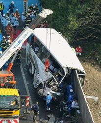 столкновение автобуса со стеной
