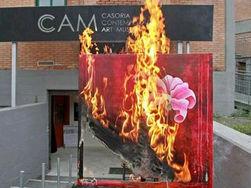 В Италии произведения искусства сжигают на кострах