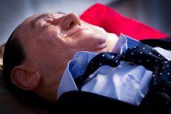Гей-супруги уложили Берлускони в гроб