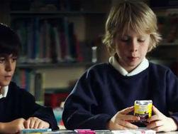 дети рекламируют новые пачки сигарет