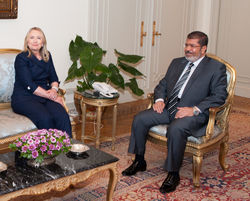 Жители Каира забросали Клинтон