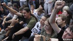 Почему в Москве люди 2 часа сидели на асфальте и кричали?