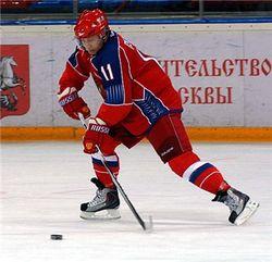 Путин надел коньки и сыграл с ребятишками в хоккей