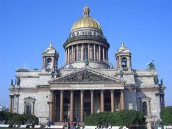 Где провели в этом году главную пасхальную службу Петербурга?