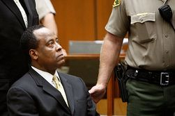 Врача Джексона заковали в наручники и отправили в тюрьму