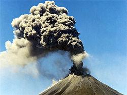 Камчатский вулкан Кизимен извергает 6-километровый столп пепла