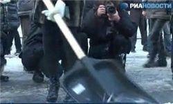В Петербурге блондинки на шпильках вооружились лопатами
