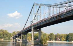 Сотрудники МЧС вытащили из Днепра девушку, прыгнувшую с Пешеходного моста