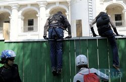 Защитники Гостиного двора в Киеве залезли на строительный кран
