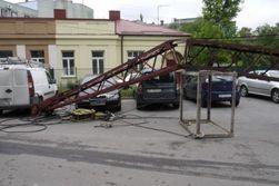 В центре Ровно упал строительный кран – последствия