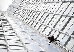 Ален Робер покорил 231 метр небоскреба «Ферст» в Париже