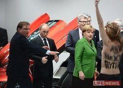 Путин и Меркель с dumkopf FEMEN