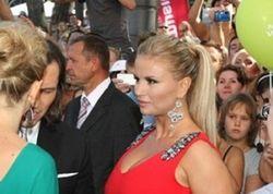 Анне Семенович вернули Mercedes, извинившись букетом цветов за угон