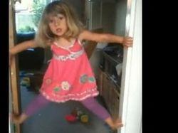 3-летняя девочка, легко поднимающаяся по дверному проему, стала звездой YouTube