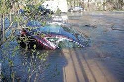 Беременная студентка чудом не утонула со своим авто на киевской парковке