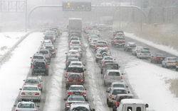 Под Оренбургом полицейские вручную откопали из-под снега 70 автомобилей