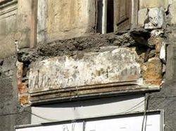 В Крыму разбушевалась стихия: падают деревья и балконы
