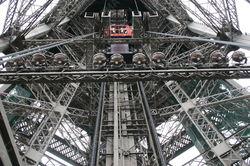На Эйфелевой башне с 15-метровой высоты упал лифт