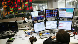 Биржи Европы проводят день в минусе, ждут решения ФРС
