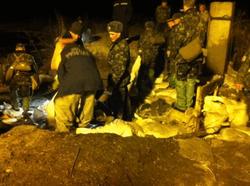 Сотни спасателей и солдат всю ночь латали дамбу