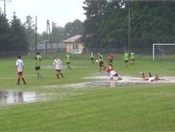 ТОП видео Youtube: футболисты превратили игру в водное поло на траве