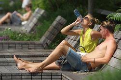 Жители США спасаются от аномальной жары при помощи льда и фонтанов