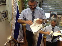 Депутат Кнессета объяснил, зачем порвал священную книгу