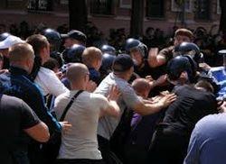 """На митинге в Киеве """"бритоголовые"""" избили ногами журналистку"""
