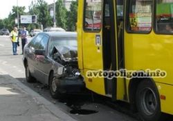 Mercedes W140 протаранил «Богдан» с детьми в Киеве