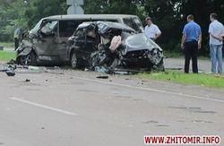 При лобовом ударе Mercedes и Subaru близ Житомира погибли люди