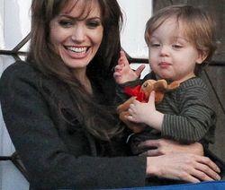 На фотографиях своих детей Джоли-Питт заработали 20 млн. долларов