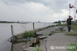 Растет ущерб от паводка в Приамурье: В Благовещенске обрушилась набережная