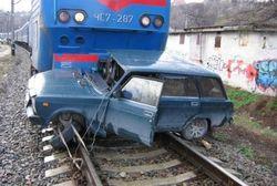 ДТП в Ноябрське на жд переезде поезд сбил автомобиль - последствия