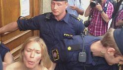 Активистки Femen грудью поддержали египтянок, оголившись в мечети